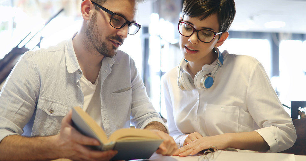 zwei Leute studieren