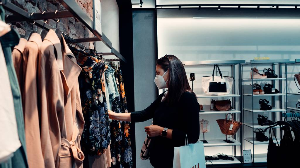 lady with facemask shopping in-store